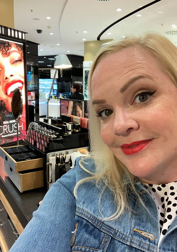 «Time for a Lipstick Upgrade» Promotion mit Bobbi Brown auf Hey Pretty Beauty Blog: Steffi trägt die Luxe Matte Lip Color in Bold Nectar