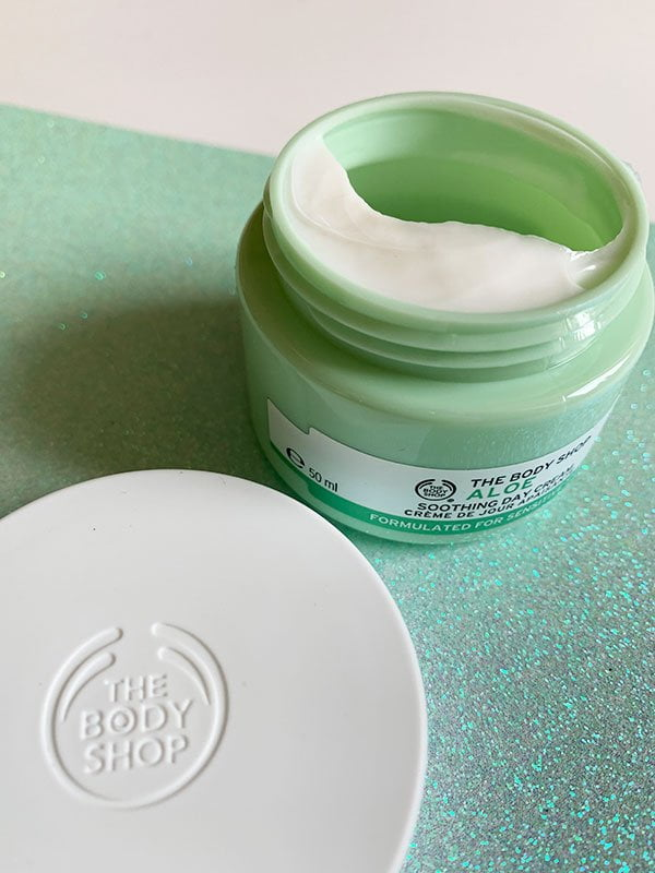 Closeup von The Body Shop Aloe Soothing Day Cream (Werbung: Die Must-Haves von The Body Shop auf Hey Pretty Beauty Blog) – Erfahrungsbericht