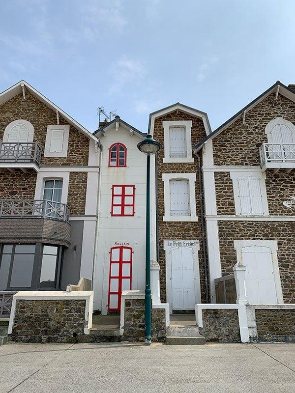 Häuserzeile direkt am Grand Plage du Sillon in Saint-Malo (Hey Pretty Beauty Blog Reisebericht)