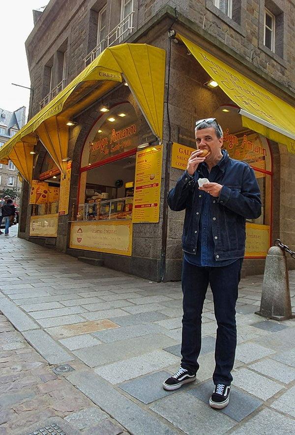Nik testet den Kouign Amann, einen bretonischen Butterkuchen, in Saint-Malo