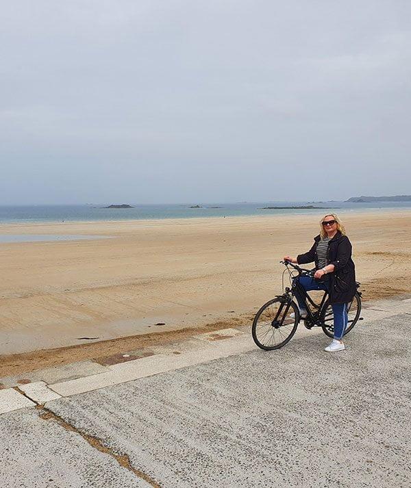 Mit dem Velo die Plage de Sillon heruntercruisen: Things to to in Saint-Malo (Hey Pretty Beauty Blog)