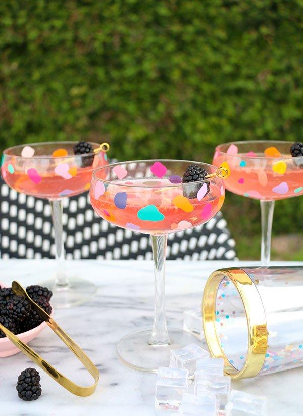 Coole DIY-Projekte für den Sommer auf Pinterest: Champagner-Coupes im Confetti-Look von A Kailo Chic Life (Hey Pretty Roundup)