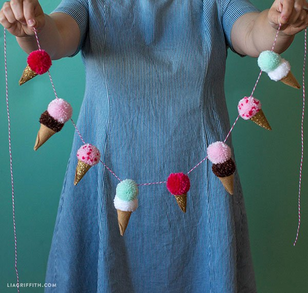 Coole DIY-Projekte auf Pinterest für den Sommer: Ice Cream Pom Pom Garland von Lia Griffith (Hey Pretty Roundup)