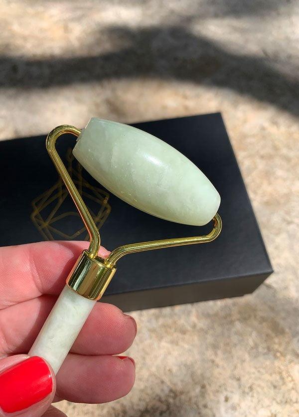 Wie wendet man einen Jade Roller an? YU Beauty Jade Face Roller mit echtem Jade Stein in A+++ Qualität –erhältlich bei Biomazing (Jade Roller Tutorial auf Hey Pretty Beauty Blog)