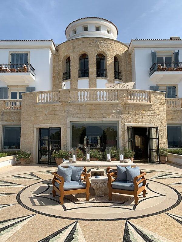 Anassa Resort in Paphos, Zypern: Reisebericht und Spa Review auf Hey Pretty Beauty Blog –Aussenterrasse Hotel