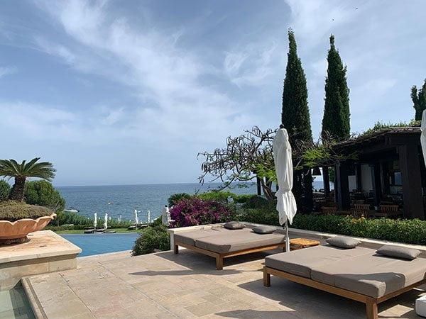 Anassa Resort: Pool in der Hotelanlage (Hey Pretty Beauty Blog Spa Review)