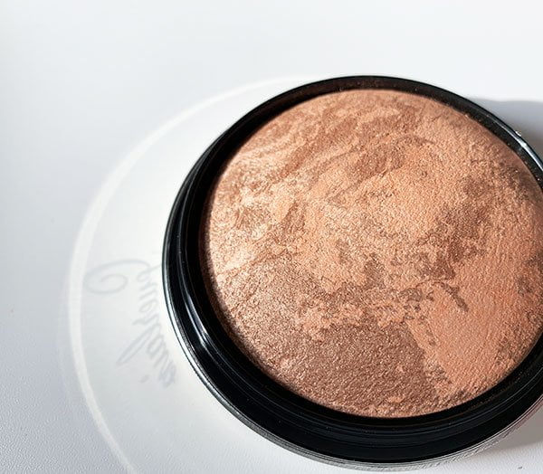 Closeup Guerlain Highlighter Poudre Visage Illuminatrice aus der Guerlain Herbstkollektion 2019 «Magnetic Glam» in der Review auf Hey Pretty Beauty Blog
