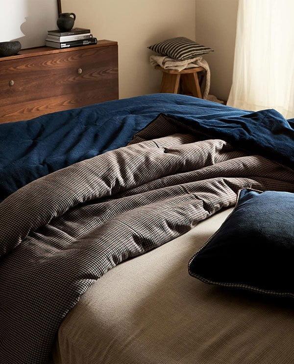 Blauer Wende-Quilt aus Cord von Zara Home (Hey Pretty Deko-Ideen: Hygge Wohninspiration zum Herbstbeginn 2019)