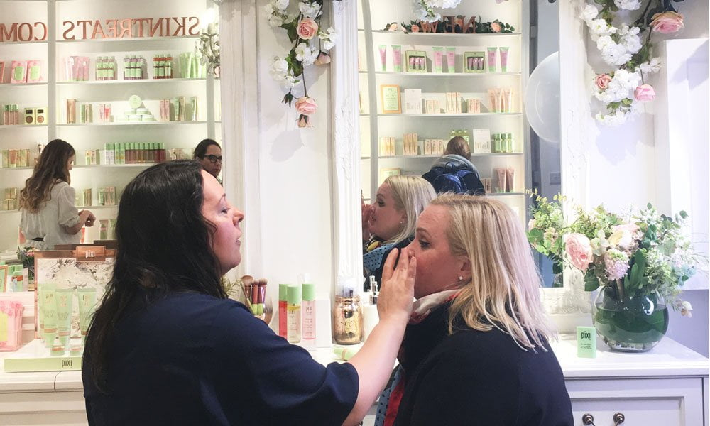 Pixi Beauty in London: Shop-Review auf Hey Pretty Beauty Blog und Make-Up Date mit Amanda Bell