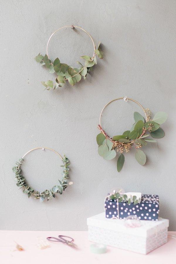 Schöne Weihnachtsdeko Ideen auf Hey Pretty: DIY Weihnachtskränze mit Eukalyptus von Mein Feenstaub