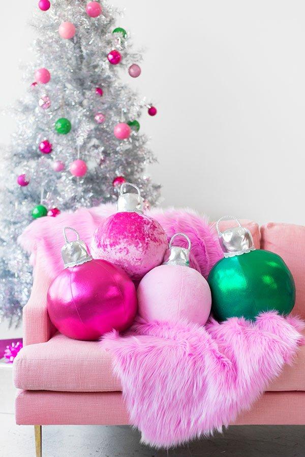 Tolle Weihnachtsdeko-Ideen zum Selbermachen: DIY Weihnachtskugeln-Kissen von Studio DIY (Hey Pretty Beauty Blog)