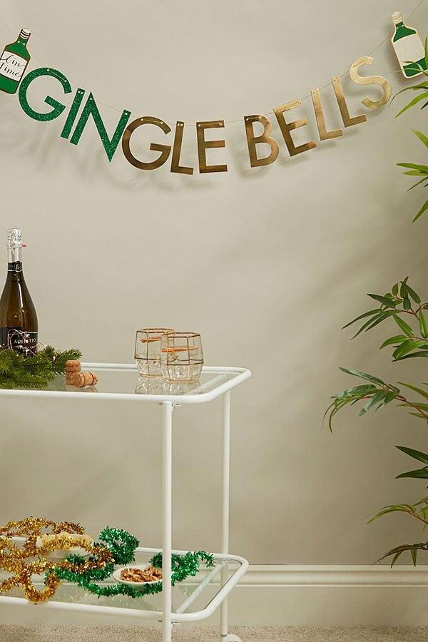 Gin-gle Bells Banner (Urban Outfitters): Schöne Dekoideen für Weihnachten zum Selbermachen und Kaufen auf Hey Pretty