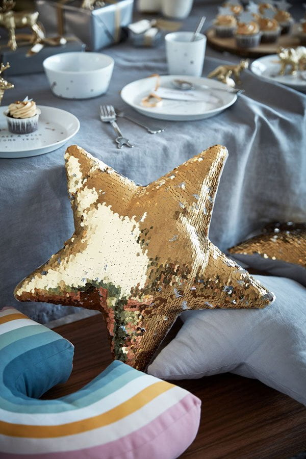 Dekokissen mit Wendepailletten von H&M Home (Weihnachtsdeko auf Hey Pretty)