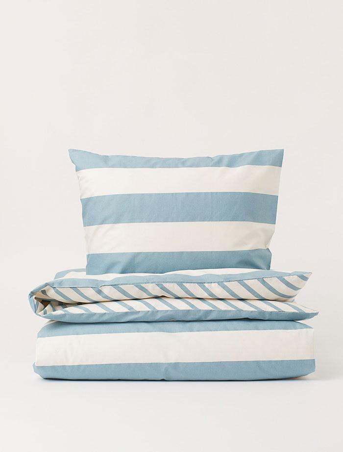 Hellblaue gestreifte Bettwäsche von H&M Home (Hey Pretty Deko-Ideen zum Frühling 2020)