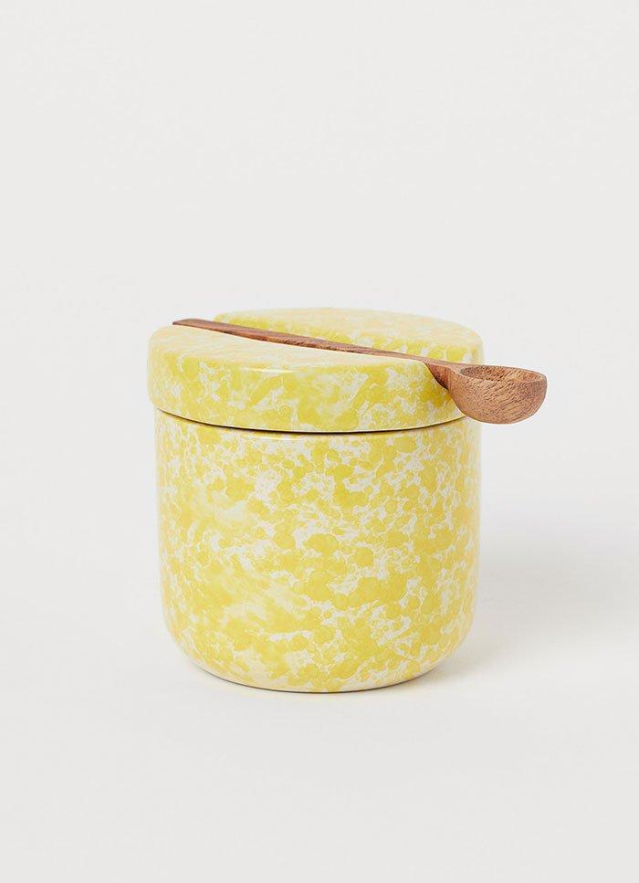 Frühlings-Dekoideen 2020: Gelbes Porzellangefäss von H&M Home (Hey Pretty Interior Flash)