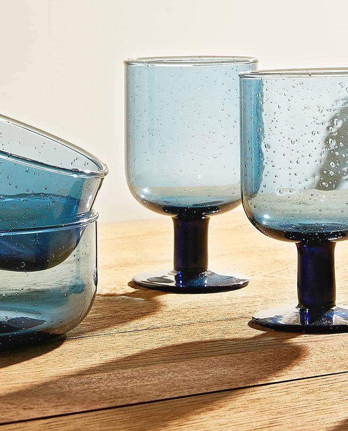 Zara Gläser aus blauem Glas mit Blasen (Hey Pretty Deko-Ideen zum Frühling 2020)