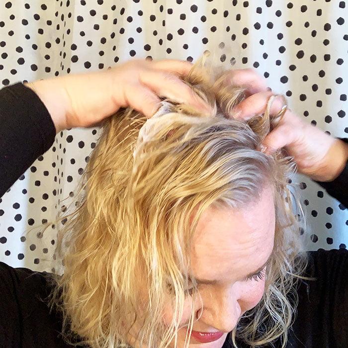 Mini-Tutorial für Big Volume: So zauberst du schnell Volumen ins Haar – mit Schaumfestiger, Haartrockner und Rundbürste (Hey Pretty Beauty Blog)