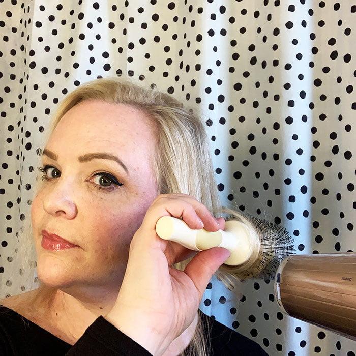 Power-Volumen für feines Haar mit Haarföhn, Schaumfestiger und Rundbürste: Das Hey Pretty Tutorial