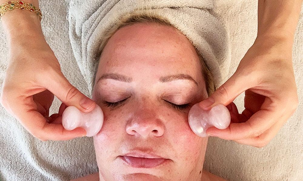 Hey Pretty testet die Crystal Healing Facial Therapy Gesichtsbehandlung bei Skintherapist in Zürich