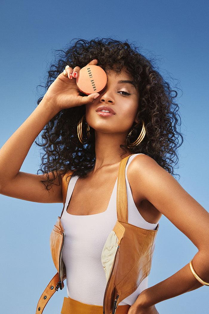 PR Image (Copyright Bobbi Brown 2020) – Model wearing the Bobbi Brown Summer Glow Collection on Hey Pretty Beauty Blog Schweiz – Review