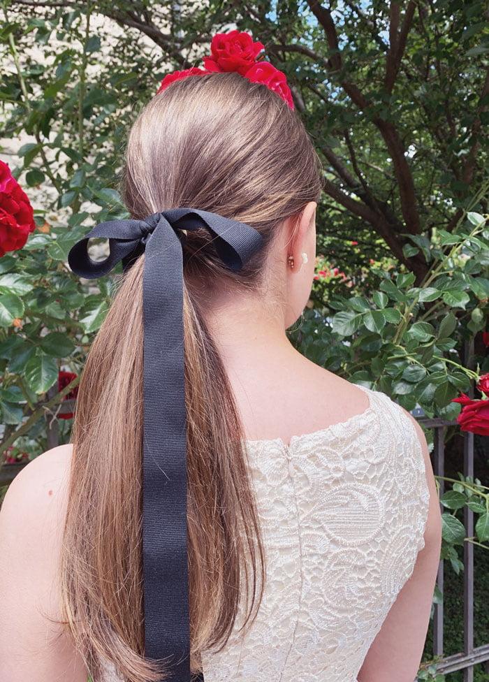 Brautfrisur ganz einfach: Schlichter Pferdeschwanz mit Masche: 3 simple Brautfrisuren –easy Hochzeitsfrisuren – Wedding Hairstyles auf Hey Pretty Beauty Blog