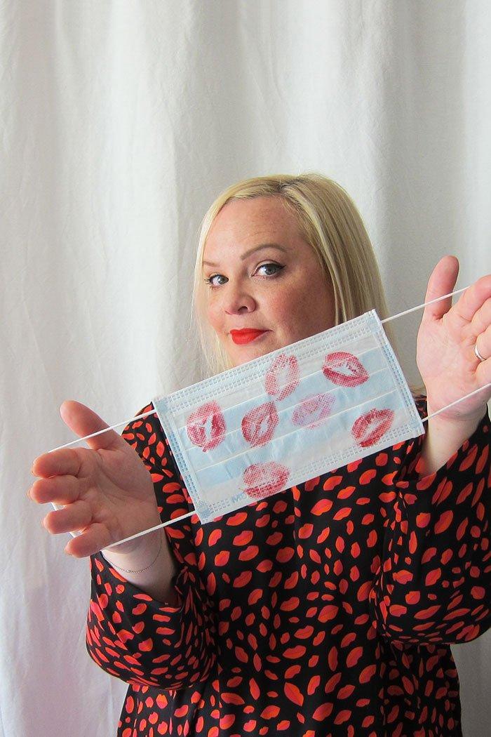 Der Gesichtsmasken-Test: Diese 3 Long Wear Lippenstifte verschmieren darunter nicht (Hey Pretty)