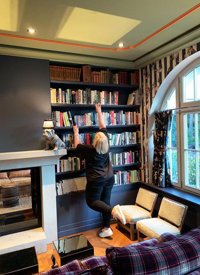 Bibliothek des Hotel Le Grand Bellevue Gstaad (Hey Pretty)Erfahrungsbericht und Spa Review 2020